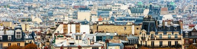 Flyg- sikt av historiska byggnader som täckas med dimma i Paris, Frankrike Royaltyfria Foton