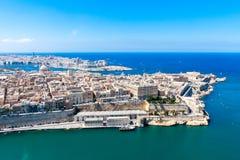 Flyg- sikt av historiska Valletta, huvudstad av Malta, storslagen hamn, Sliema stad, Marsamxett fjärd från över arkivbilder