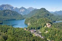 Flyg- sikt av Hohenschwangau och Alpsee sjön Royaltyfri Bild