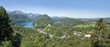 Flyg- sikt av Hohenschwangau och Alpsee sjön Royaltyfri Fotografi