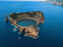 Flyg- sikt av holmen av Vila Franca do Campo, Azores öar arkivbild