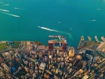 Flyg- sikt av Hong Kong Downtown, Kina Finansiell områdes- och affärsmitt i smart stad i Asien Bästa sikt av skyskrapan royaltyfria bilder