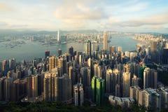 Flyg- sikt av Hong Kong horisont och Victoria Harbor med blå himmel i Hong Kong askfat arkivfoton