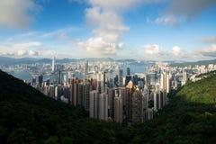 Flyg- sikt av Hong Kong horisont och Victoria Harbor med blå himmel i Hong Kong askfat royaltyfria foton