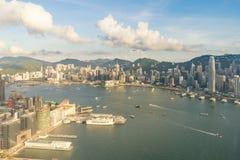 Flyg- sikt av Hong Kong horisont och Victoria Harbor med bl? himmel i Hong Kong askfat arkivfoton