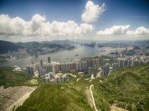 Flyg- sikt av Hong Kong Scene med Victoria Harbour i solig dag fotografering för bildbyråer