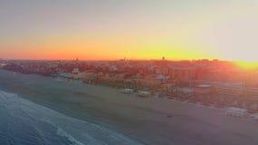 Flyg- sikt av horisonten på solnedgången från den Malvarrosa stranden i Valencia spain arkivfilmer