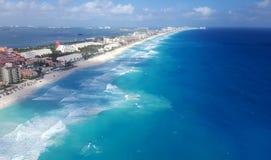 Flyg- sikt av hotellzonen i Cancun Arkivfoto