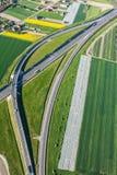 Flyg- sikt av huvudvägen och gröna skördfält royaltyfri foto