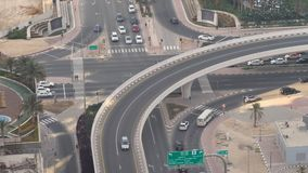 Flyg- sikt av huvudvägutbyte av den moderna stads- staden Dubai stock video