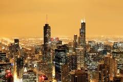 Flyg- sikt av i stadens centrum Chicago på en dimmig vinternatt arkivfoto