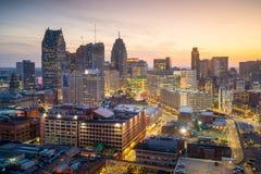 Flyg- sikt av i stadens centrum Detroit på skymning Royaltyfri Foto