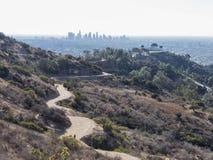 Flyg- sikt av i stadens centrum Griffith Observatory och Los Angeles arkivbilder