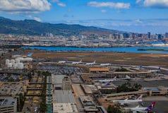 Flyg- sikt av i stadens centrum Honolulu och HNL-flygplatsen i Hawaii Royaltyfria Foton