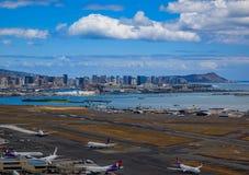 Flyg- sikt av i stadens centrum Honolulu och HNL-flygplatsen i Hawaii Royaltyfria Bilder