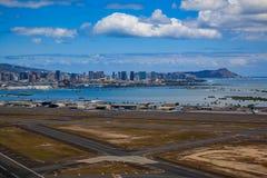 Flyg- sikt av i stadens centrum Honolulu och HNL-flygplatsen i Hawaii Arkivfoto
