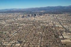 Flyg- sikt av i stadens centrum Los Angeles horisont och berg royaltyfri bild