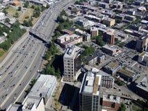 Flyg- sikt av i stadens centrum Seattle byggnad och huvudväg Royaltyfria Foton