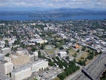 Flyg- sikt av i stadens centrum Seattle byggnader, bro, facklig sjö Arkivbilder