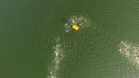 Flyg- sikt av idrottsman nensimmare som simmar loppet på flodultrarapid stock video