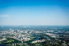 Flyg- sikt av Indianapolis, I floden och horisont Arkivfoto