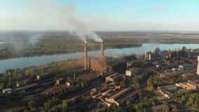 Flyg- sikt av industrianläggningen med att röka rör nära staden för oljeförädling för utrustning industriell nyast zon lager videofilmer