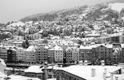 Flyg- sikt av Innsbruck, Österrike under vintermorgonen, med snö svart white royaltyfri fotografi