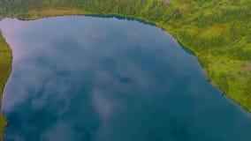 Flyg- sikt av Ivanovskie sjöar, vattenfall, glaciär efter regn och för solnedgången, republik av Khakassia Ryssland lager videofilmer
