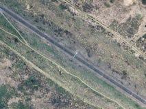 Flyg- sikt av järnvägsspår till och med bygd, bästa sikt pov för surr av stänger royaltyfri fotografi