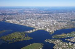 Flyg- sikt av Johnen F Kennedy International Airport & x28; JFK& x29; i New York royaltyfri foto