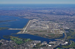 Flyg- sikt av Johnen F Kennedy International Airport & x28; JFK& x29; i New York royaltyfria bilder