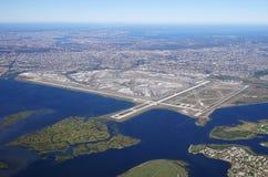 Flyg- sikt av Johnen F Kennedy International Airport & x28; JFK& x29; i New York royaltyfri fotografi
