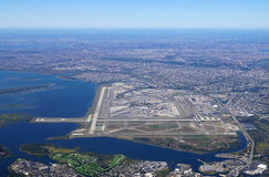 Flyg- sikt av Johnen F Kennedy International Airport & x28; JFK& x29; i New York arkivfoton