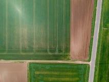 Flyg- sikt av jordbruks- fält arkivfoto