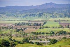 Flyg- sikt av jordbruks- fält, bergbakgrund, södra San Francisco Bay, San Jose, Kalifornien arkivfoton