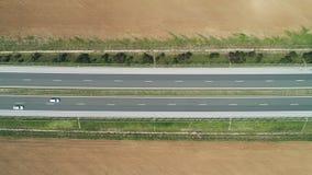 Flyg- sikt av jordbruksmark, rapsfrö- och vetefält och huvudvägväg i bygden lager videofilmer