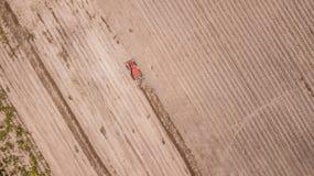 Flyg- sikt av jordbruksområde, traktorer i jordbruks-, sikt för fågelöga - surr - bästa sikt Arkivfoton