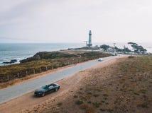 Flyg- sikt av körning i en Ford Mustang cabriolet ner havet Arkivfoto