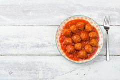 Flyg- sikt av köttbullar för en platta i tomatsås Royaltyfri Fotografi
