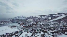 Flyg- sikt av Kamchatka den största staden av Petropavlosk, vulkan och staden arkivfilmer