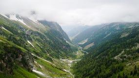 Flyg- sikt av kanjonen som är hög i de alpina bergen Royaltyfri Foto