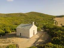 Flyg- sikt av kapellet av Santa Maria Cap Corse halvö, Korsika kustlinje france Arkivbild