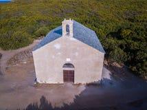Flyg- sikt av kapellet av Santa Maria Cap Corse halvö, Korsika kustlinje france Royaltyfria Bilder