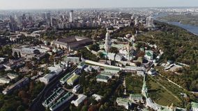 Flyg- sikt av Kiev-Pechersk Lavra i Kiev, Ukraina fors för surr 4k stock video