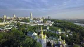 Flyg- sikt av Kiev-Pechersk Lavra Ukrainian Orthodox Monastery stock video