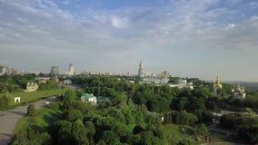 Flyg- sikt av Kiev-Pechersk Lavra Ukrainian Orthodox Monastery lager videofilmer