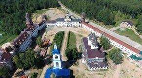 Flyg- sikt av kloster för helgonNikolas kvinnor på Solba, Yaroslavl Arkivbild