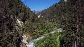 Flyg- sikt av klyftan för Landwasser bergflod, Schweiz stock video