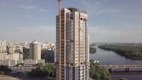 Flyg- sikt av konstruktionen av mång--våning en bostads- byggnad på invallningen av Dnieperen Kyiv Ukraina stock video