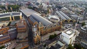 Flyg- sikt av konungkorset och St Pancras järnvägsstationer i London, UK royaltyfri foto